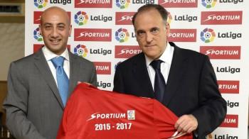Alberto Eljarrat, consejero delegado de Sportium, y Javier Tebas, presidente de la LFP