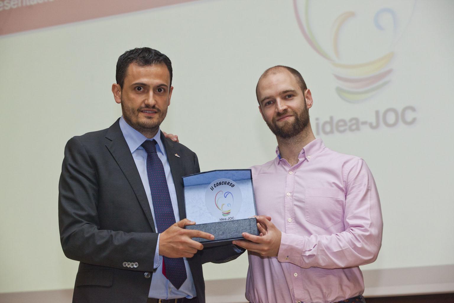 Iñaki Díez (eBingo) entregando el premio ideaJOC a Joel Santirso
